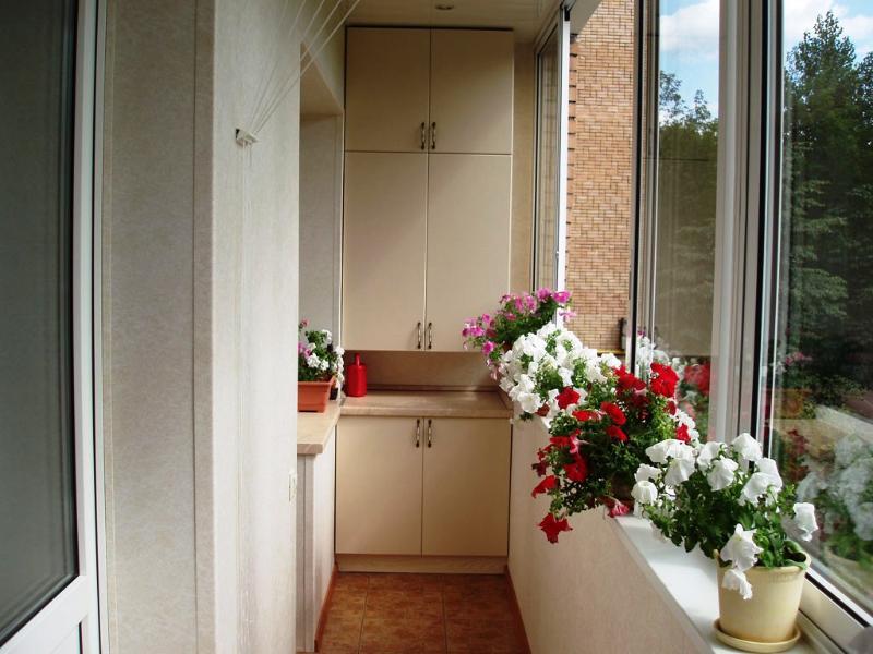 Шкафчики на балконе дизайн